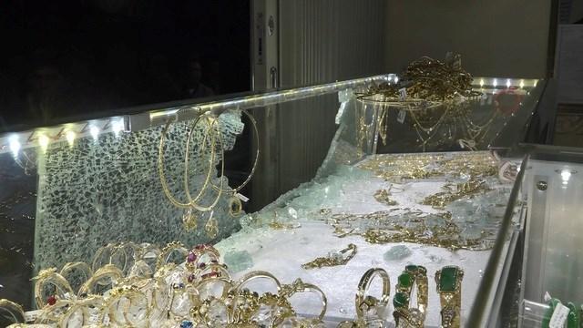 Lâm Đồng: Người dân vây bắt, khống chế nghi can cướp tiệm vàng ngay trong đêm