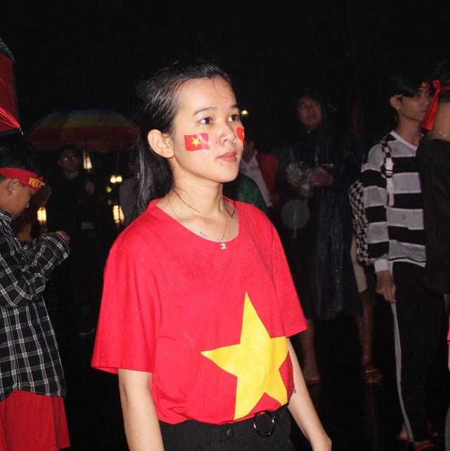 [ẢNH] Cổ động viên Quảng Nam đứng dưới mưa cổ vũ đội tuyển Việt Nam - 9