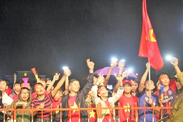 [ẢNH] Cổ động viên Quảng Nam đứng dưới mưa cổ vũ đội tuyển Việt Nam