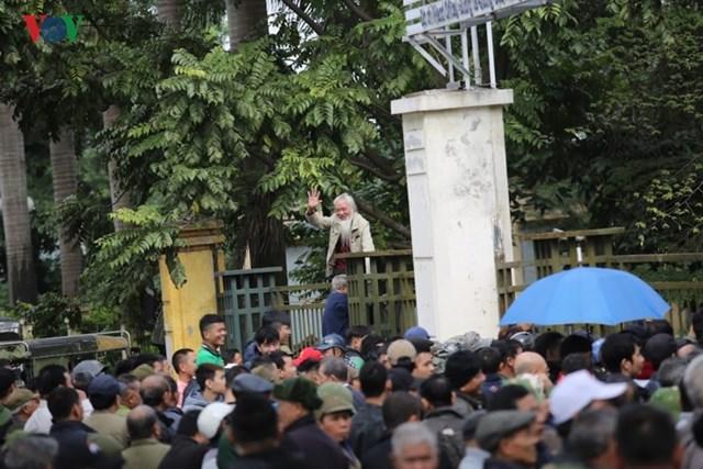 Người hâm mộ lại trèo tường đòi vé gây náo loạn trụ sở VFF - 3