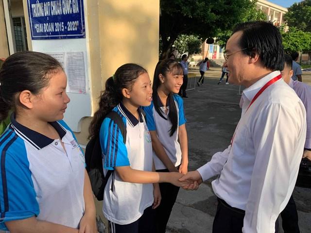 Bộ trưởng Phùng Xuân Nhạ kiểm tra công tác thi THPT ở Long An
