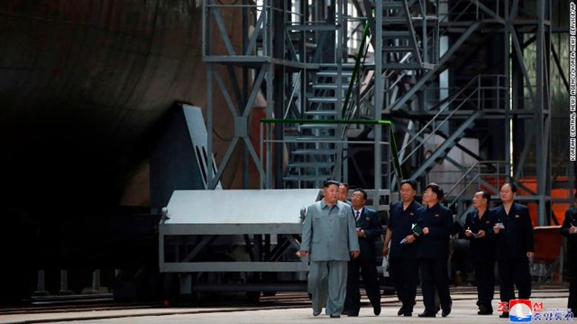 Lãnh đạo Triều Tiên kiểm tra tàu ngầm mới chế tạo