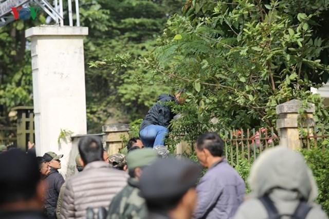Người hâm mộ lại trèo tường đòi vé gây náo loạn trụ sở VFF - 8