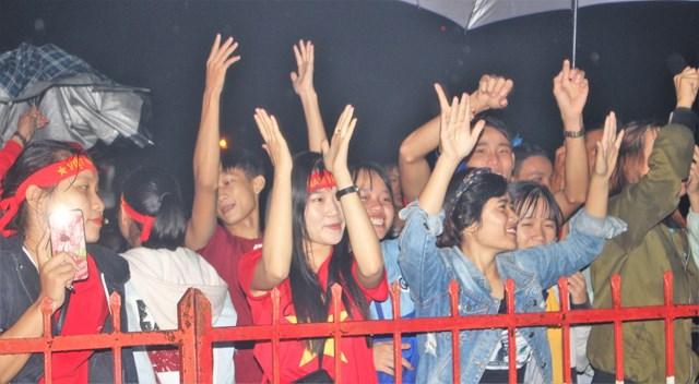 [ẢNH] Cổ động viên Quảng Nam đứng dưới mưa cổ vũ đội tuyển Việt Nam - 8