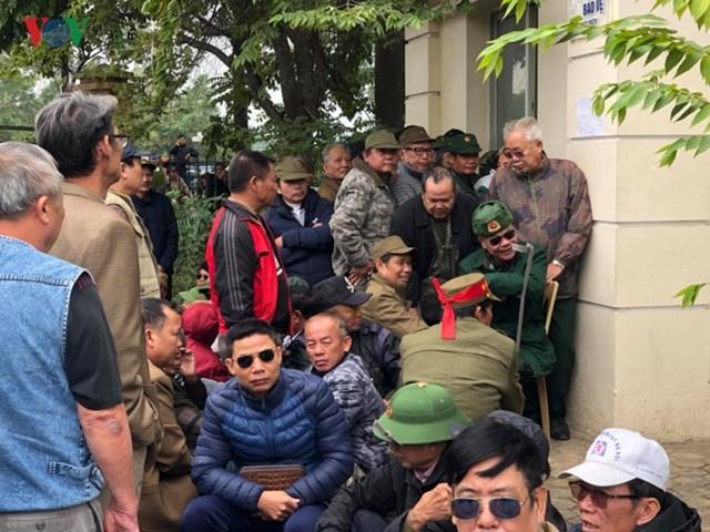 Người hâm mộ lại trèo tường đòi vé gây náo loạn trụ sở VFF - 6