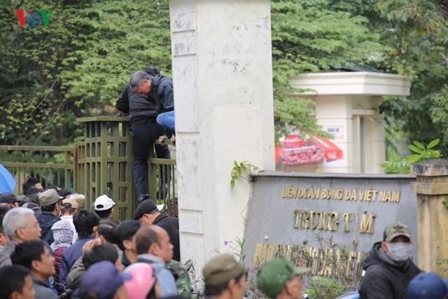 Người hâm mộ lại trèo tường đòi vé gây náo loạn trụ sở VFF