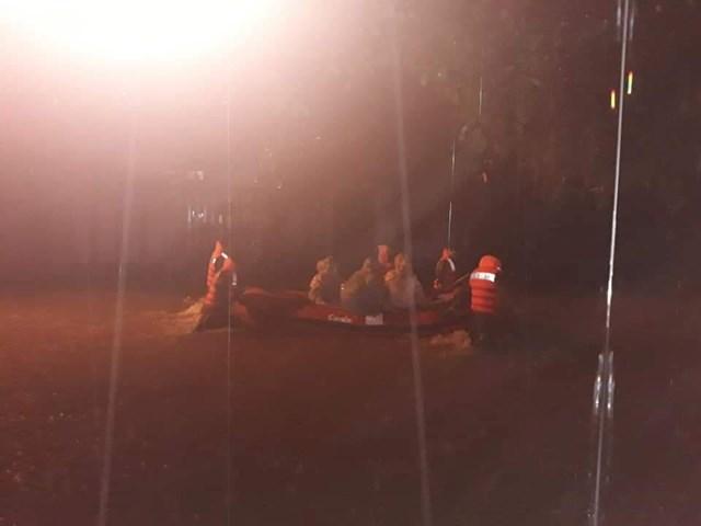 Cảnh sát cơ động dầm mình trong nước giúp dân vượt lũ