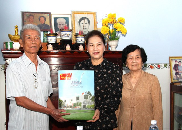 Chủ tịch Quốc hội thăm, tặng quà Tết tại Hậu Giang - 1