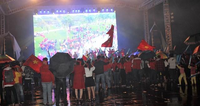 [ẢNH] Cổ động viên Quảng Nam đứng dưới mưa cổ vũ đội tuyển Việt Nam - 7