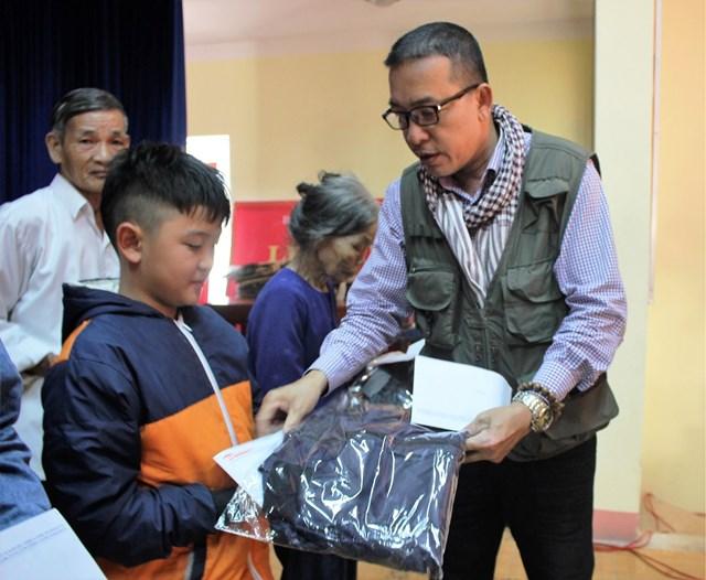 Văn phòng báo Đại Đoàn Kết tại Quảng Nam, Quảng Ngãi tặng quà Tết cho người nghèo - 1