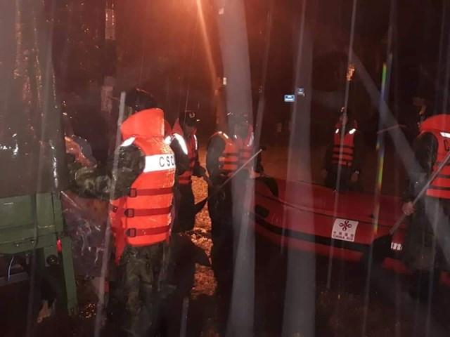 Cảnh sát cơ động dầm mình trong nước giúp dân vượt lũ - 2