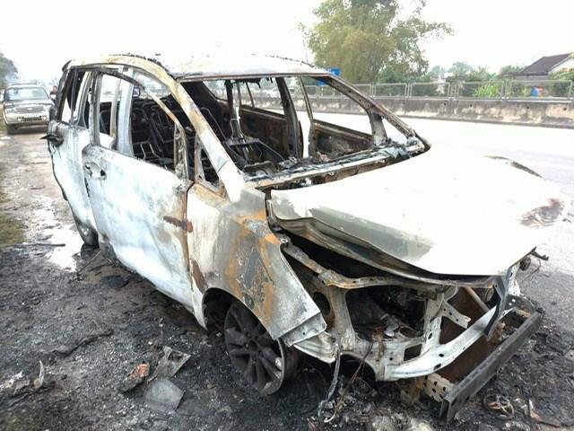 Về quê ăn Tết, xe bỗng nhiên bốc cháy dữ dội - 1