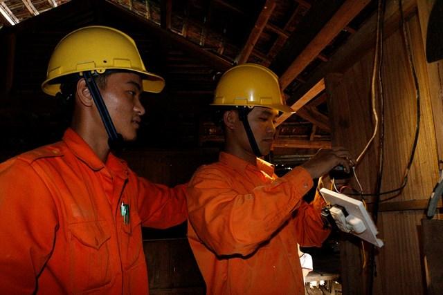 PC Quảng Nam sửa chữa điện miễn phí cho các hộ nghèo miền núi