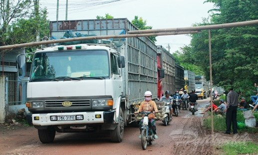 Dân bức xúc chặn xe cày nát đường liên thôn