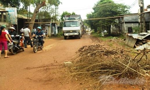 Dân bức xúc chặn xe cày nát đường liên thôn - 1