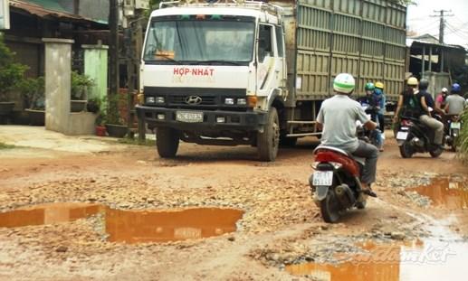 Dân bức xúc chặn xe cày nát đường liên thôn - 2