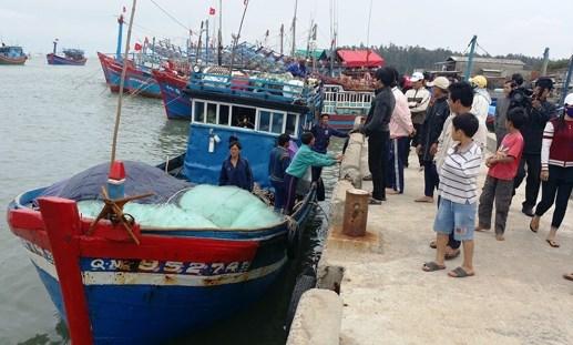 Đưa 12 ngư dân trôi dạt tại Hoàng Sa vào đất liền