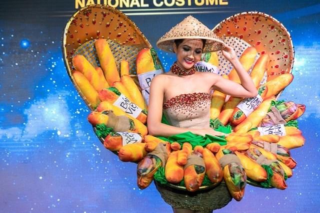 Hoa hậu H'Hen Niê mang 'Bánh mì' đến Miss Universe 2018
