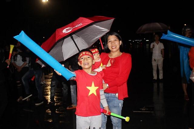 [ẢNH] Cổ động viên Quảng Nam đứng dưới mưa cổ vũ đội tuyển Việt Nam - 5