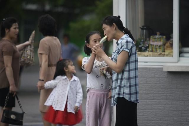 [ẢNH] Người Triều Tiên đối phó với cái nóng mùa hè như thế nào? - 1
