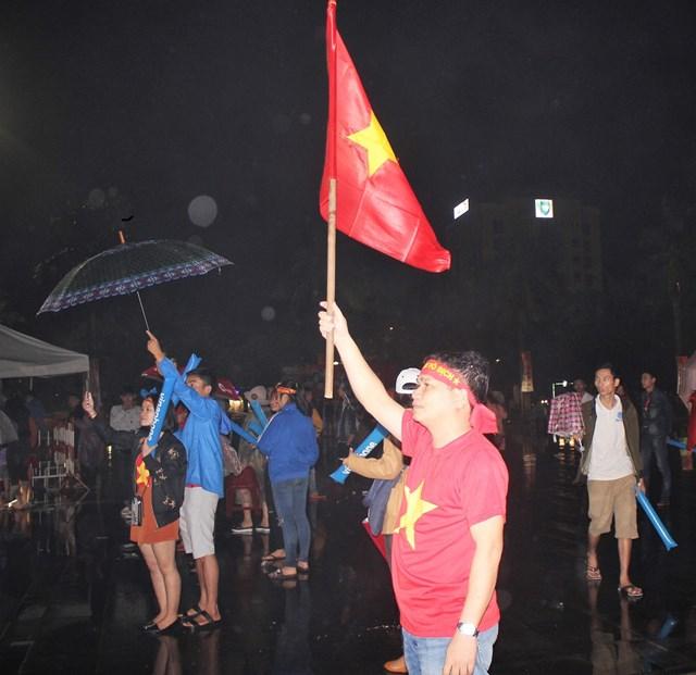 [ẢNH] Cổ động viên Quảng Nam đứng dưới mưa cổ vũ đội tuyển Việt Nam - 4