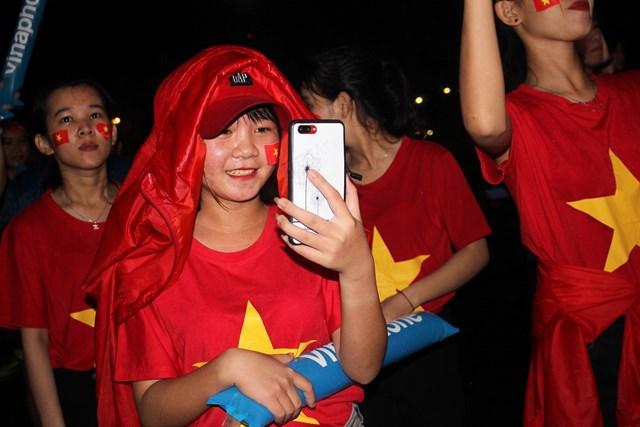 [ẢNH] Cổ động viên Quảng Nam đứng dưới mưa cổ vũ đội tuyển Việt Nam - 2