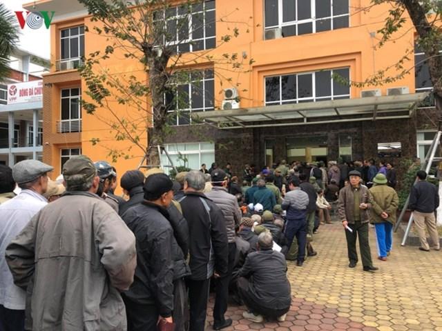 Người hâm mộ lại trèo tường đòi vé gây náo loạn trụ sở VFF - 5