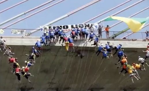 Gần 150 người mạo hiểm nhảy cầu lập kỷ lục thế giới
