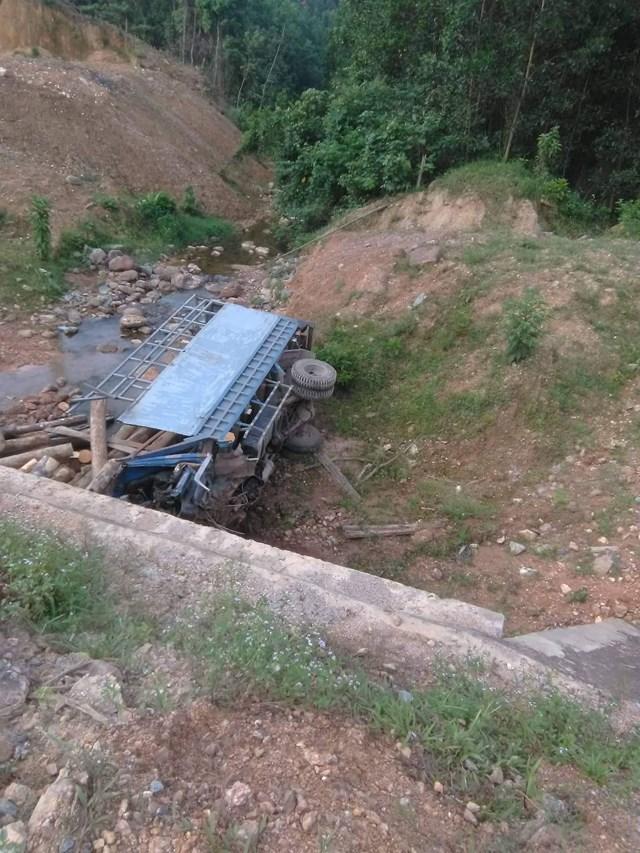 Xe chở củi mất lái lao vệ đường, 2 người chết tại chỗ