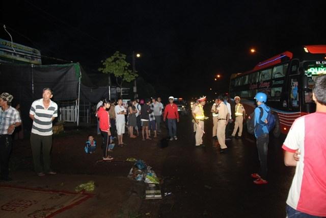 Đắk Lắk: Lật xe trong đêm 1 người tử vong, hàng chục hành khách bị thương - 1