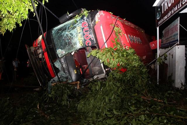 Đắk Lắk: Lật xe trong đêm 1 người tử vong, hàng chục hành khách bị thương
