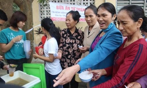 Hỗ trợ 'Bữa ăn từ thiện' để ấm lòng người bệnh