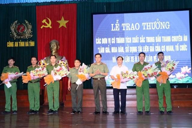 Làm giả hơn 400 bộ giấy tờ để hợp thức xe biển Lào, xe lậu