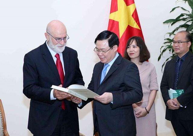 Phó Thủ tướng Vương Đình Huệ tiếp chuyên gia kinh tế nông nghiệp hàng đầu thế giới