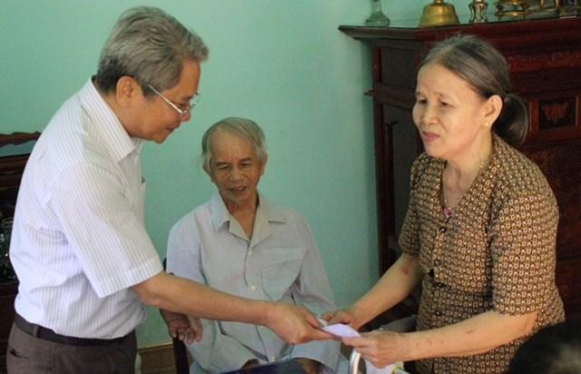 Mặt trận Bình Định thăm, tặng quà Mẹ Việt Nam Anh hùng, người có công