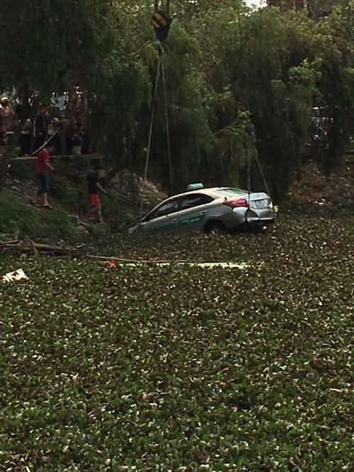 Taxi lao xuống hồ, cả khách và tài chết thảm - 1