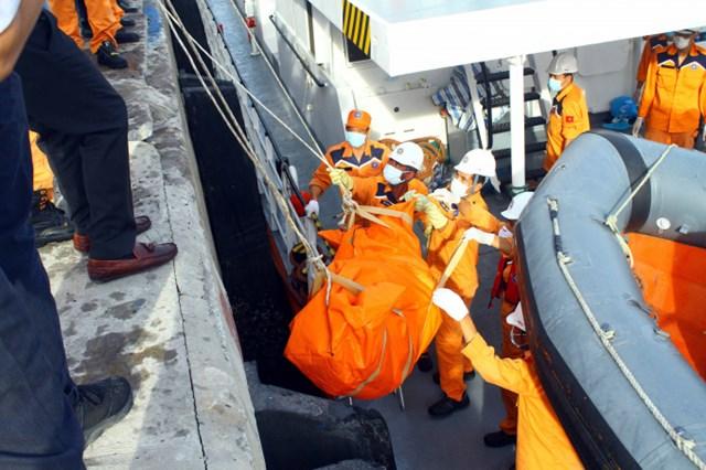 Vụ 9 ngư dân mất tích tại Bạch Long Vĩ: Đưa 2 thi thể vào bờ để xác định danh tính