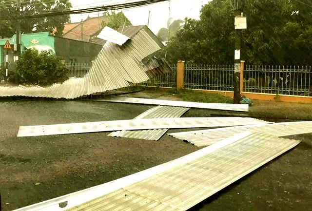 An Giang: Mưa kèm gió lốc, hơn 600 căn nhà bị sập và tốc mái - 1