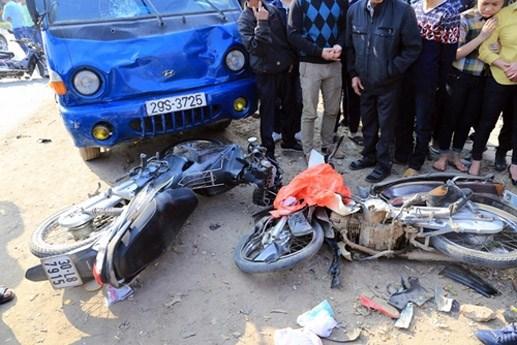 Ôtô tải đâm 3 xe máy đi chúc Tết, 5 người trong gia đình gặp nạn