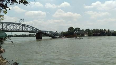 Sà lan tông sập cầu Ghềnh, nhiều người rơi xuống sông