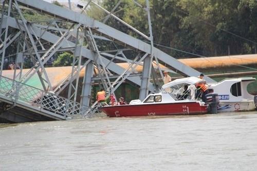 Sà lan tông sập cầu Ghềnh, nhiều người rơi xuống sông - 2