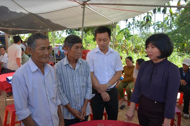 Mặt trận huyện Sơn Tịnh thăm hỏi gia đình có 2 con bị đuối nước