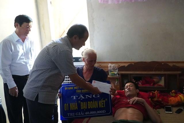 Bí thư Tỉnh ủy và Chủ tịch Mặt trận Quảng Bình tặng quà 'người hùng' mùa lũ năm 2010 - 1