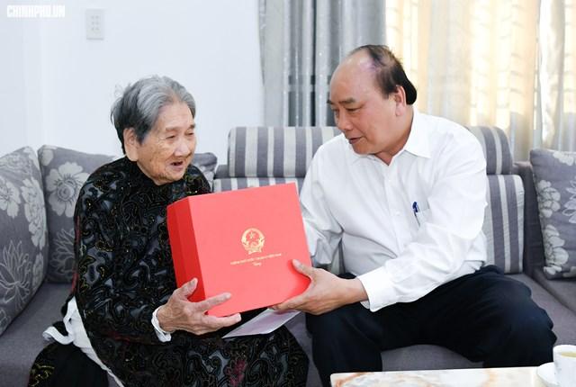 Thủ tướng Nguyễn Xuân Phúc thăm các Mẹ Việt Nam Anh hùng ở Huế
