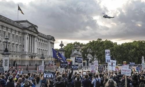 Người Anh biểu tình phản đối Trump trước Điện Buckingham