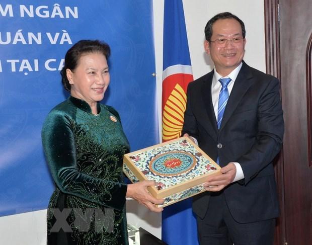 Chủ tịch Quốc hội làm việc với Đại sứ quán Việt Nam tại Qatar - 1