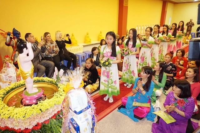 Đại lễ Phật đản là biểu tượng đoàn kết của người Việt tại Séc - 1