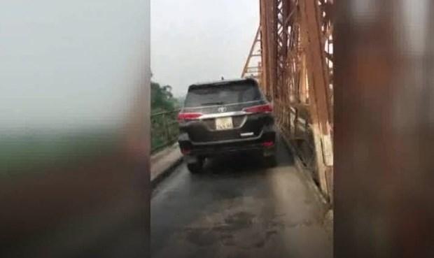 Xe ôtô 7 chỗ ngang nhiên đi trên cầu Long Biên - 1