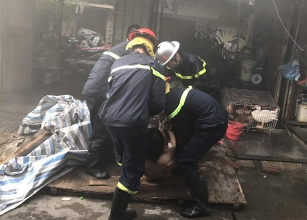 Cứu 13 người thoát hiểm trong đám cháy - 2
