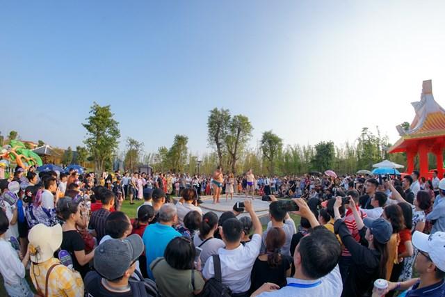 Hai đại võ sĩ sumo nổi tiếng Nhật Bản bất ngờ xuất hiện tại Việt Nam - 1